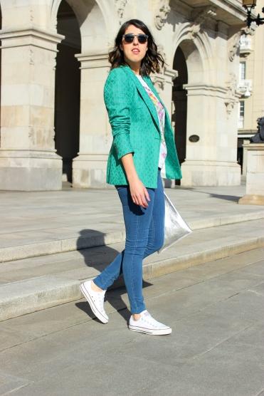 zapatillas-blancas-look-estilo-tendencia-blog-moda-blazer-verde-americana