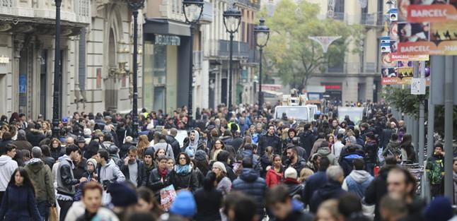 una-multitud-personas-pasean-portal-langel-barcelona-1435231307187