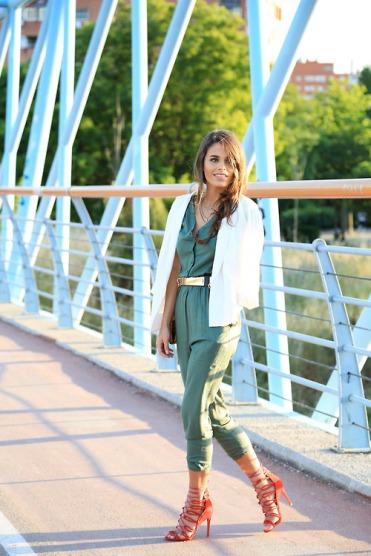 blazer-blanco-mono-verde-oliva-sandalias-romanas-rojas-correa-dorada-original-2719