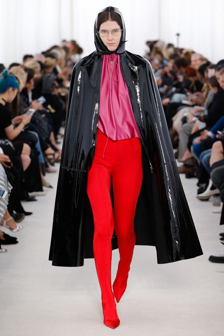 balenciaga-primavera-2017-rosa-rojo-combinacion-look